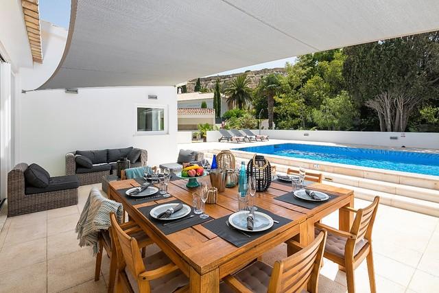 Zona de refeições e relax perto da piscina