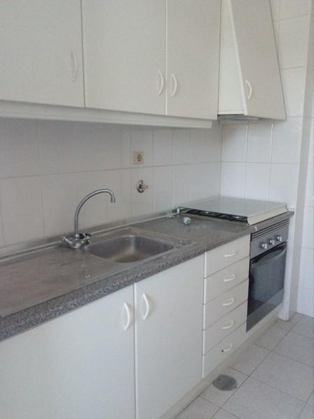 Apartamento T1 Santiago de Riba-Ul Oliveira de Azeméis - varandas, lugar de garagem, marquise, cozinha equipada