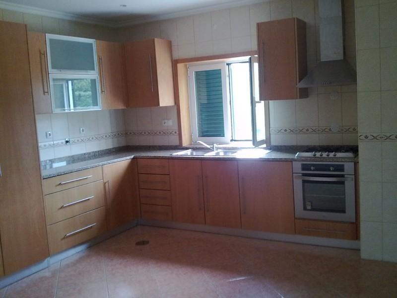 Moradia V3 Travanca Oliveira de Azeméis - lugar de garagem, varanda, ar condicionado, cozinha equipada, aquecimento central, lareira, jardim