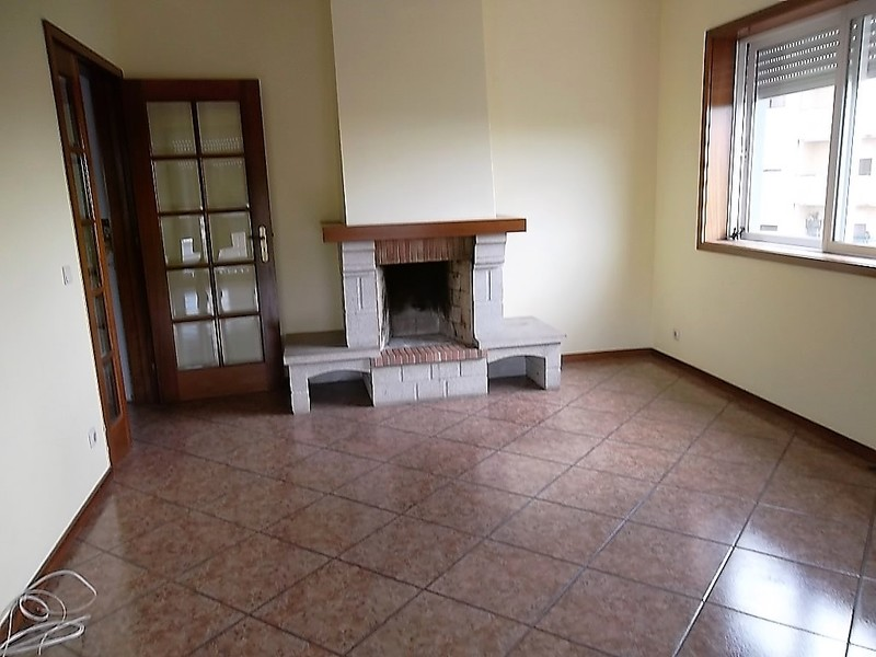 Apartamento T2 bem localizado Mozelos Santa Maria da Feira - 2º andar, garagem, vidros duplos, lareira