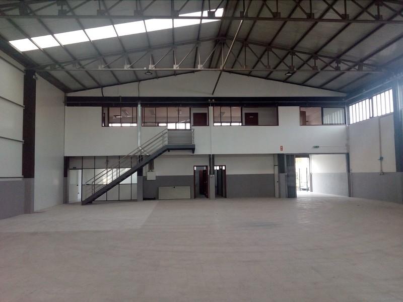 Armazém Industrial com 900m2 Cavadas Vila de Cucujães Oliveira de Azeméis - bons acessos, wc, recepção