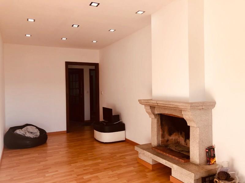 Apartamento T2 Renovado Arrifana Santa Maria da Feira - vidros duplos, varanda, lareira, cozinha equipada, lugar de garagem