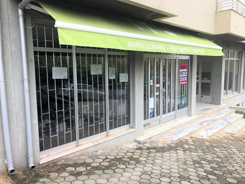 Shop with storefront Arrifana Santa Maria da Feira - wc, storefront