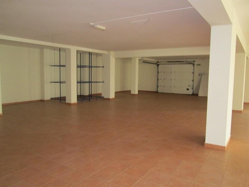 Armazém com 352m2 Oliveira de Azeméis - bons acessos, espaço amplo, wc, estacionamento