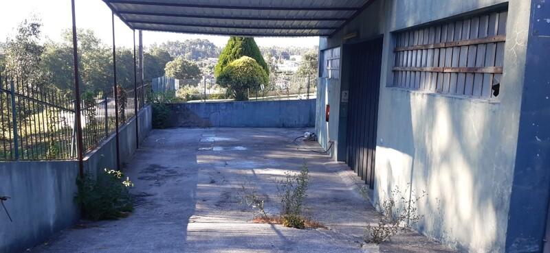 Armazém com 330m2 Macieira de Sarnes Oliveira de Azeméis - estacionamento