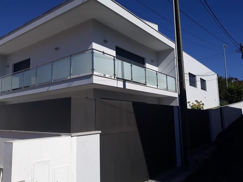 Moradia V3 nova Santiago de Riba-Ul Oliveira de Azeméis - garagem, cozinha equipada, ar condicionado, jardins