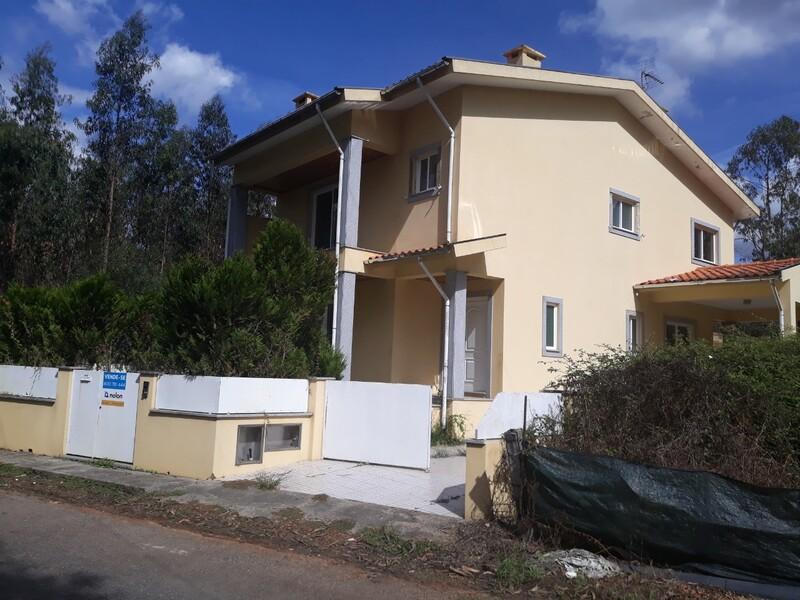 Moradia V3 Loureiro Oliveira de Azeméis - jardim, garagem, varandas, lareira, quintal