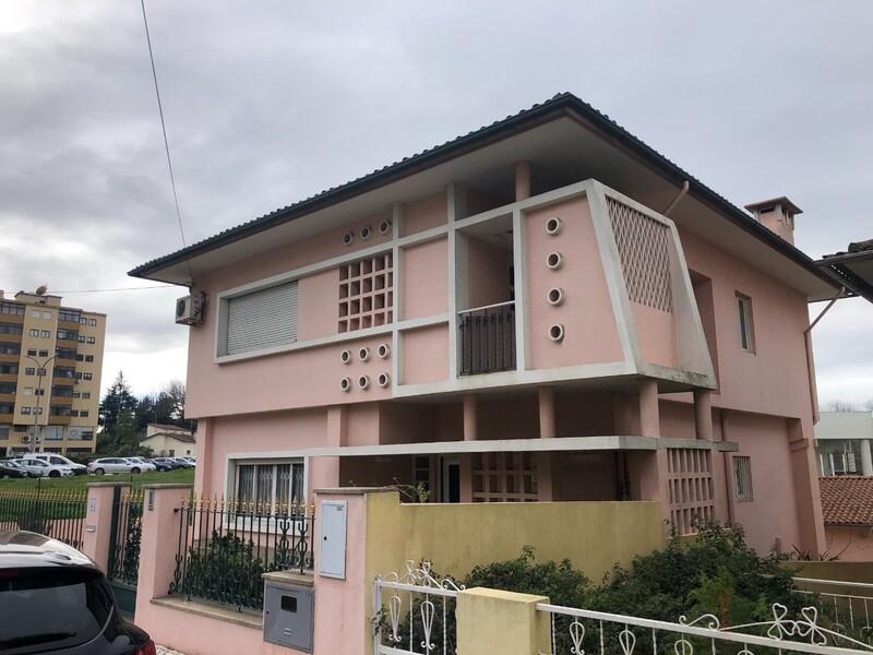 Moradia Isolada no centro V3+1 São João da Madeira - marquise, varandas, cozinha equipada, terraço, garagem, jardim, lareira