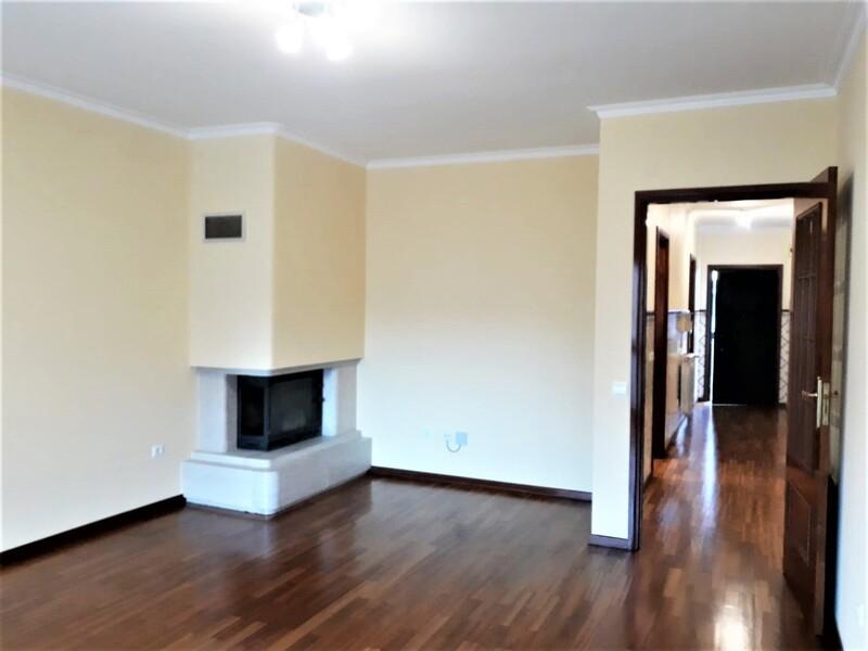 Apartamento T2 no centro São João da Madeira - caldeira, varandas, cozinha equipada, garagem, lareira