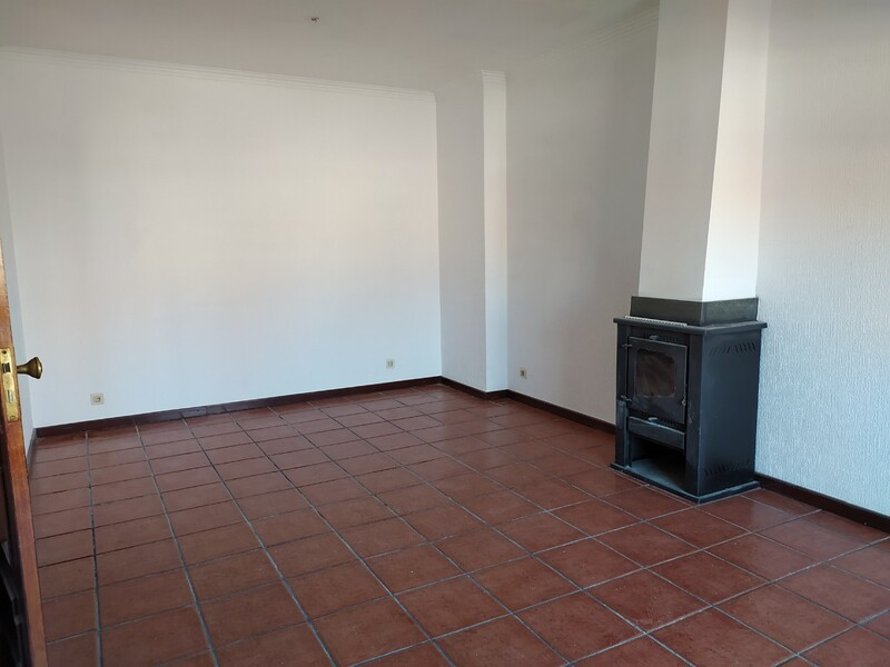 Apartamento bem localizado T2 São João da Madeira - lugar de garagem, cozinha equipada, 5º andar, ar condicionado, salamandra, lareira, terraço, marquise, arrecadação, excelente localização