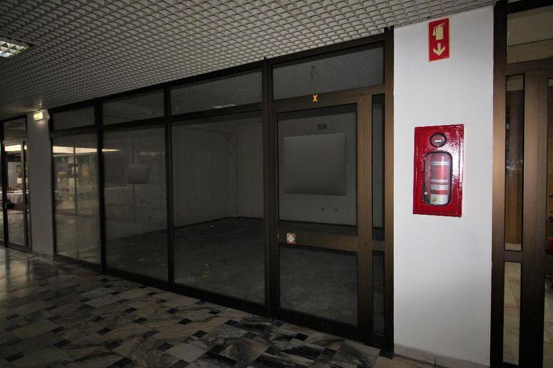 Shop São João da Madeira - easy access, spacious
