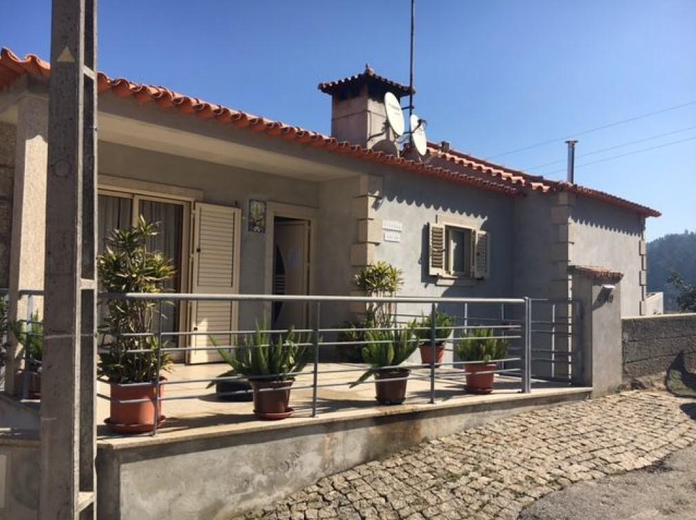 House V3 Meinedo Lousada - fireplace, garage