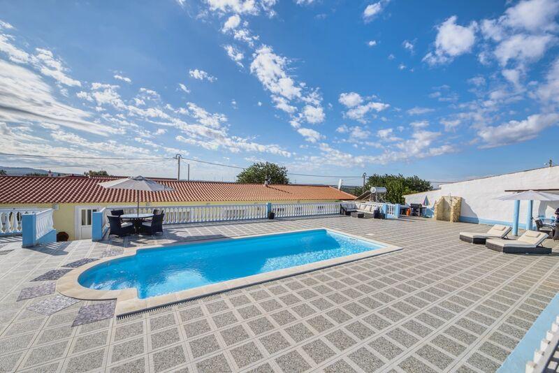 Casa Moderna V4 São Bartolomeu de Messines Silves - isolamento térmico, garagem, terraço, vidros duplos, bbq, parque infantil, painel solar, piscina, bonitas vistas, lareira, cozinha equipada