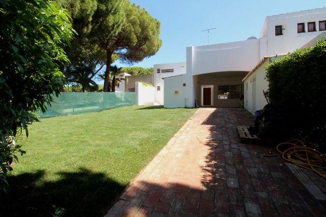 Moradia Geminada V2 Açoteias Olhos de Água Albufeira - lareira, jardim, piscina, terraços, sótão, cozinha equipada