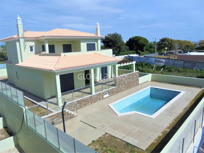 Moradia V4 nova no centro Armação de Pêra Silves - lareira, terraços, garagem, piscina
