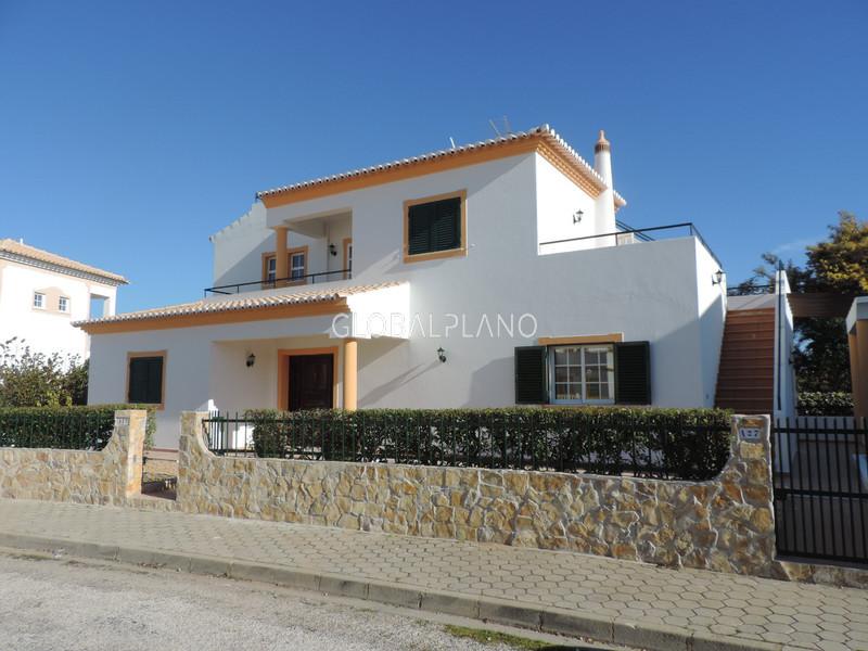 Moradia V4+1 nova Armação de Pêra Silves - painel solar, terraços, garagem, lareira, jardim, ar condicionado, piscina