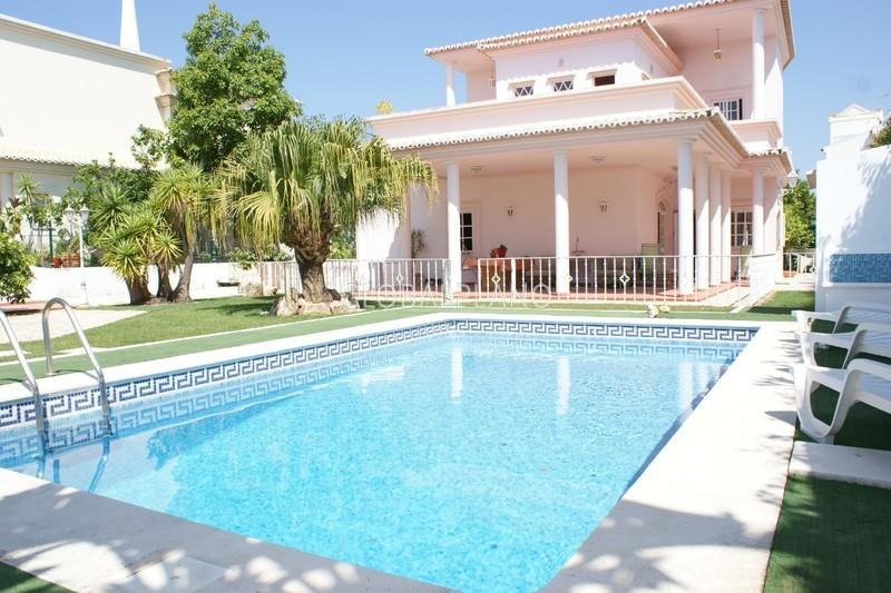 Moradia V5 com boas áreas Alto Alfarrobal/Montes de Alvor Portimão - varandas, jardins, bbq, piscina