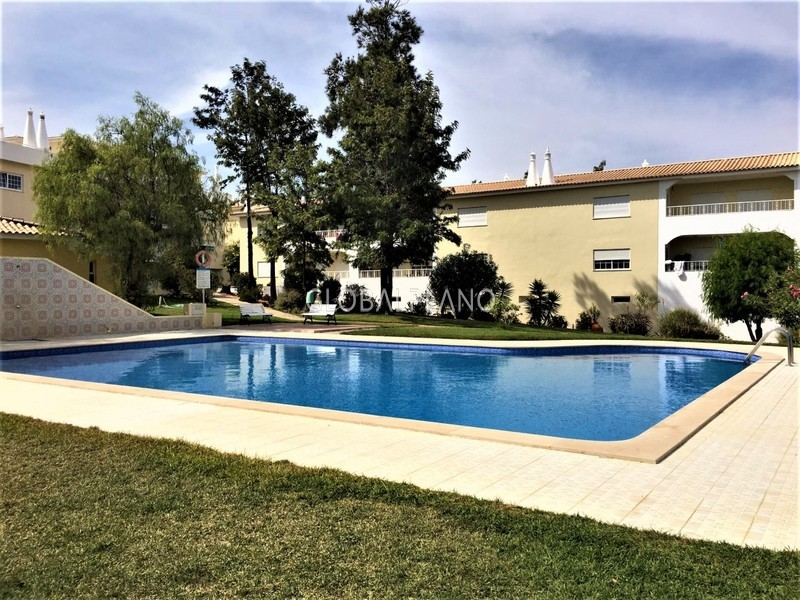Apartamento T4 Vale Lagar Portimão - cozinha equipada, arrecadação, condomínio privado, varanda, terraço, equipado, jardins, garagem, piscina, ar condicionado, lareira