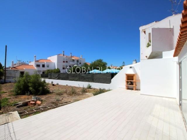 Apartamento T2+1 Remodelado perto da praia Areias de S. João Albufeira - ar condicionado, vidros duplos, bbq, piscina, terraço, garagem