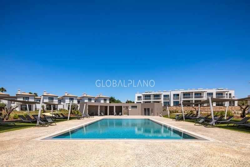 Moradia V2 nova em banda Quinta do Algarvio/Carvoeiro Lagoa (Algarve) - equipado, piscina, zonas verdes, varanda