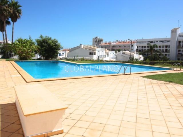 Apartamento T1 Montechoro Albufeira - ar condicionado, vidros duplos, varanda, piscina, garagem, jardim, 1º andar