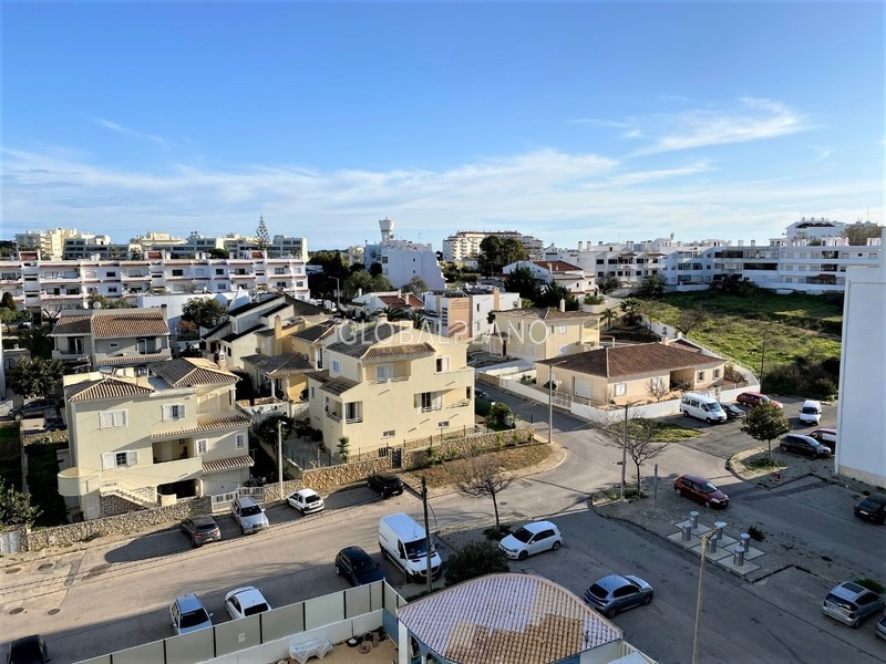 Apartamento em bom estado T2 Mar e Serra/ Alvor Portimão - piscina, arrecadação, varandas