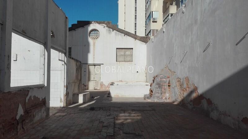 Armazém com 754m2 Portimão - quintal