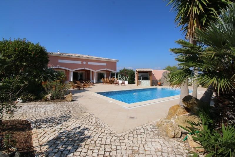 Moradia Moderna V3+1 Praia da Luz Lagos - piscina, aquecimento central, garagem, jardins, lareira, sótão