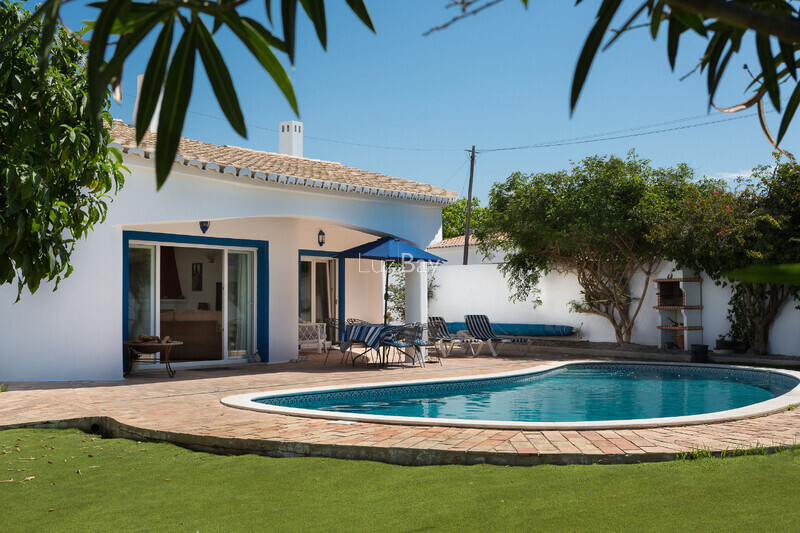 House V3 Single storey Praia da Luz Lagos - terrace, swimming pool, barbecue, fireplace, garden, equipped kitchen, garage