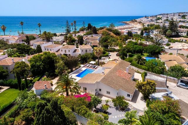 Casa V4 Isolada no centro Praia da Luz Lagos - jardim, muita luz natural, bbq, piscina