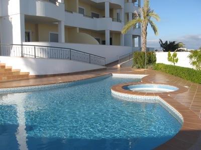 Apartamento novo perto da praia T2 Lagos São Sebastião - cozinha equipada, arrecadação, varanda, piscina, jardim, terraço, bbq, parqueamento