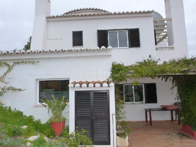 Casa V3 bem localizada Sargaçal São Sebastião Lagos - vidros duplos, zona calma, garagem, salamandra, painéis solares, piscina