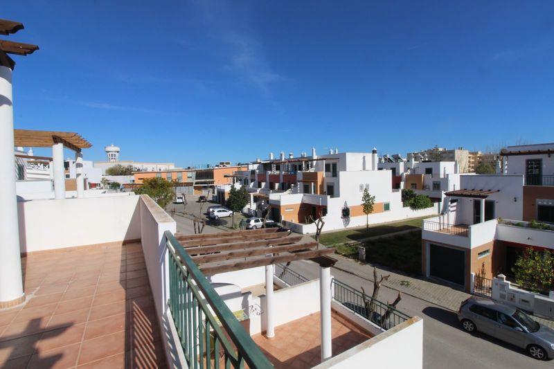 Moradia V4 em urbanização Centro de Saúde Quelfes Olhão - varanda, garagem, lareira, bbq, terraço