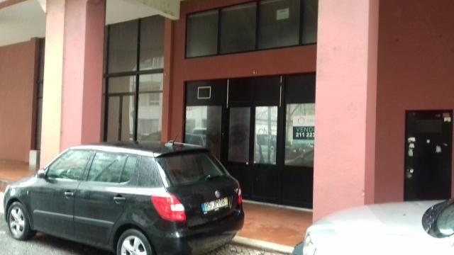 Loja em zona central Lumiar Lisboa - garagem, wc, ar condicionado