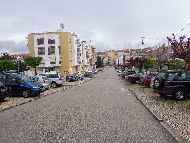 Garagem com 162m2 Feijó Almada - bons acessos, espaço amplo