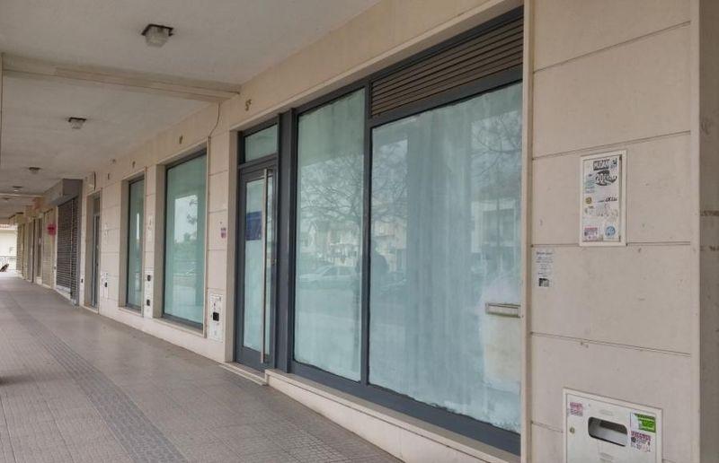 Loja em zona residencial Seixal - espaço amplo