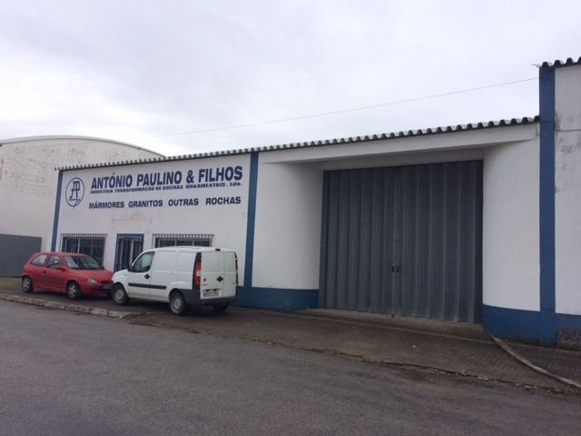 Armazéns Industrial na zona industrial Reguengos de Monsaraz - espaço amplo, estacionamento