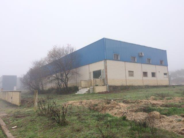 Armazém Industrial na zona industrial Mora - bons acessos, estacionamento