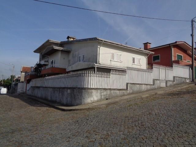 Moradia V4 Bougado (s. Martinho e Santia Trofa - garagem, varandas, terraço, caldeira, sótão, vidros duplos, aquecimento central